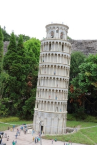 イタリアのピサの斜塔(?)